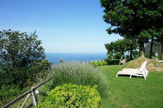 Portonovo, İtalya: The gardens overlook the Adriatic and offer plenty of quiet spots in which to relax