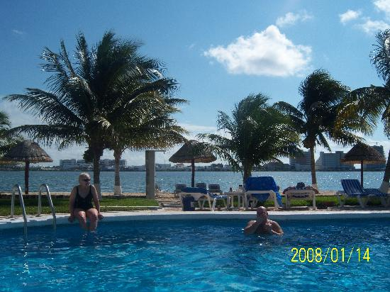 Coral Mar: view of the pool and nice white sand
