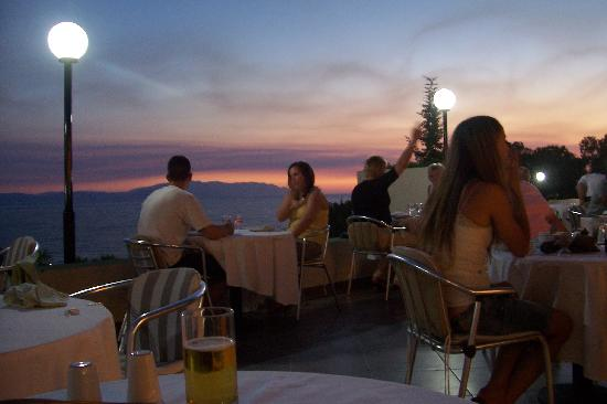 Fantasia Hotel De Luxe Kusadasi : The buffet restaurant - outside