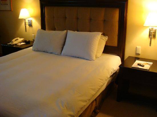 The Bellevue Manila: Almost comfy bed