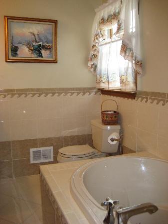 Inn at Rivers Edge Marina: luxury bathrooms