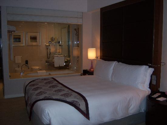 Crowne Plaza Dubai Festival City: King bed (for bathroom privacy the blinds can be lowered)