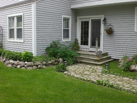 MacDougall House Bed and Breakfast: Side entrance and flower garden
