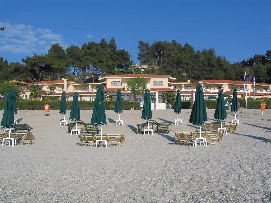 Possidi, Yunanistan: Blick vom Strand auf das Hotel