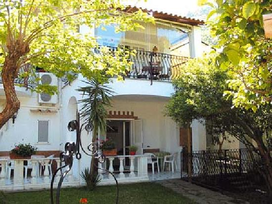 Villa Le Magnolie: Esterno e terrazzino camera