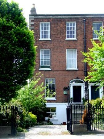 Abbeyleigh House: 28 Upper Leeson St, Exterior of the B&B