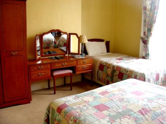 Abbeyleigh House : Room #1 with Double & Single Beds