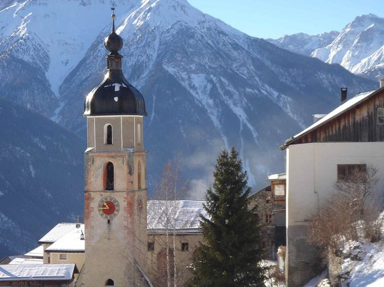 Scuol, Zwitserland: Tschlin in winter