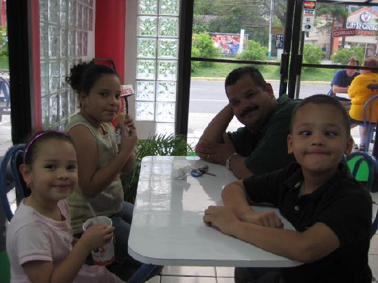 Casa El Meson B & B: Jimmy and his kids as we all eat ice cream at kob's.