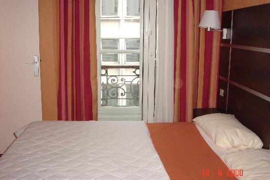 Hôtel Des Trois Gares : room
