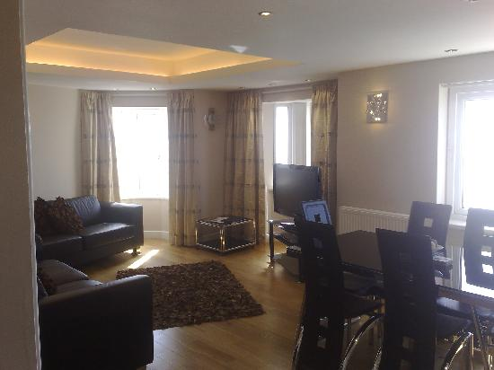 Queens Mansions Holiday Apartments: Open plan living and dining area