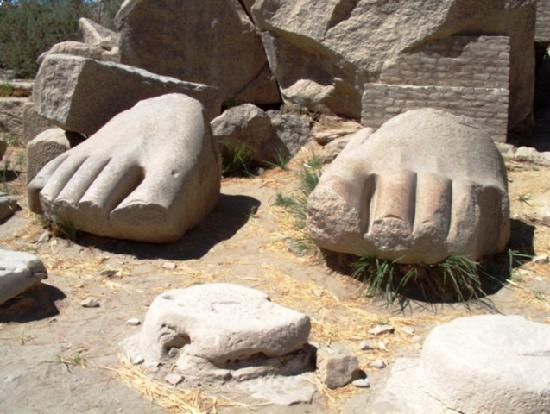 Ramesseum (Mortuary Temple of Ramses II): Gigantic feet in the first courtyard
