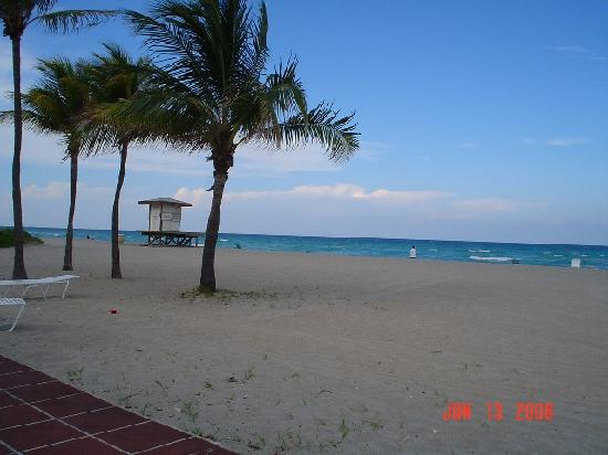 Manta Ray Inn: This is the view from end of deck looking north
