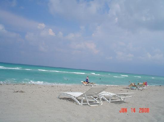 Manta Ray Inn: Another beach shot, with the chairs that Manta Ray provides