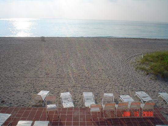 Manta Ray Inn: View of patio-deck at beach end