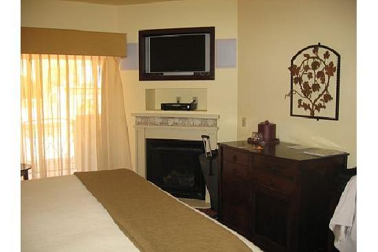 Best Western Dry Creek Inn: Nice fireplace and flat screen TV