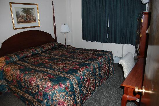 Econo Lodge Inn & Suites Airport: Second sleeping area - also huge