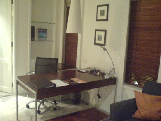 Triple Two Silom: Working desk