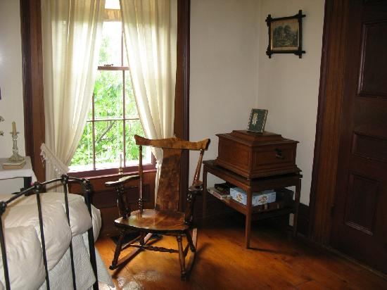 Thomas Farm Bed & Breakfast: Edith Thomas Parlor