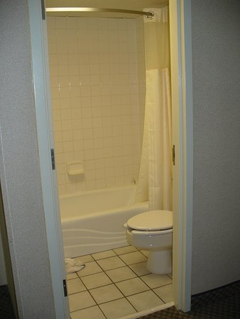Clarion Inn Grand Junction: The Tiny Bathroom in the King Exec Room