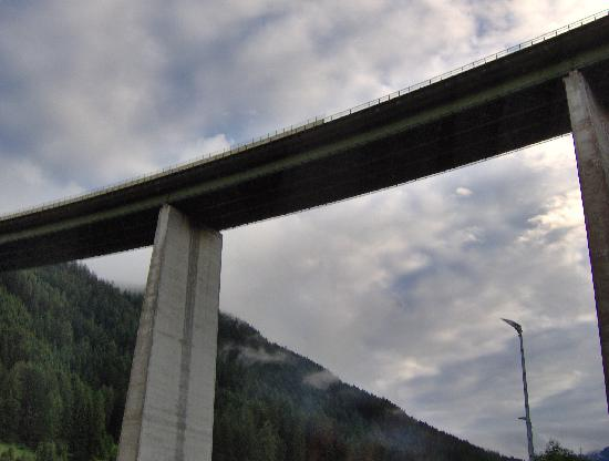 JUFA Hotel Wipptal: under the bridge