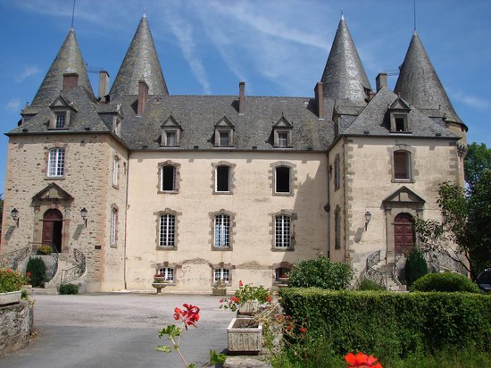 Villas de Leypinas : chateau at nearby Lubersac