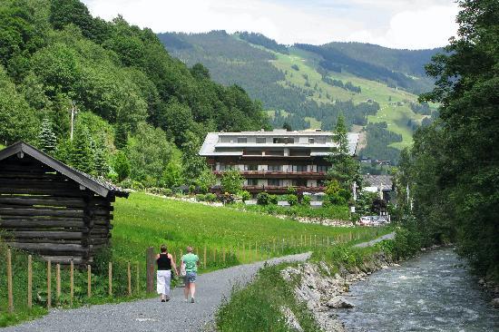 Theresia Gartenhotel : Approaching hotel from Hinterglemm.