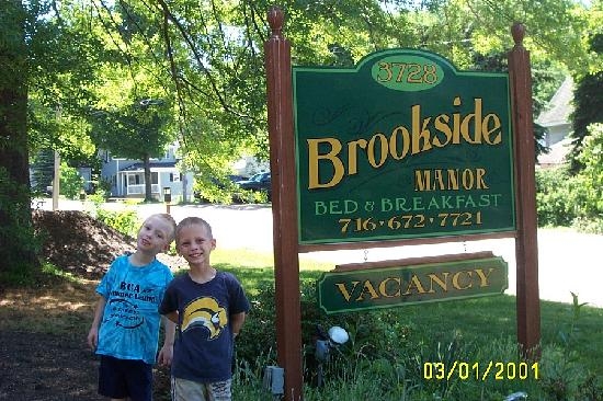 Brookside Manor Bed and Breakfast: Front sign