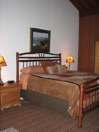 Camp Nelson Lodge: King sized bed