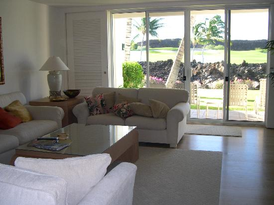 The Islands at Mauna Lani: Pleasant living room overlooking the golf course
