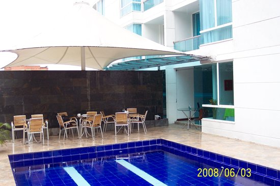 The Morgana Poblado Suites: Pool and restaurant