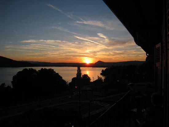 Veyrier-Du-Lac, Fransa: Sunset from the balcony