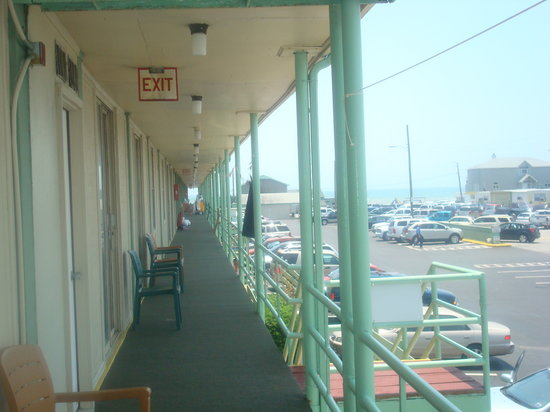 Oceanana Family Motel: View of outdoor hall/balcony w/ chairs and clotheslines!