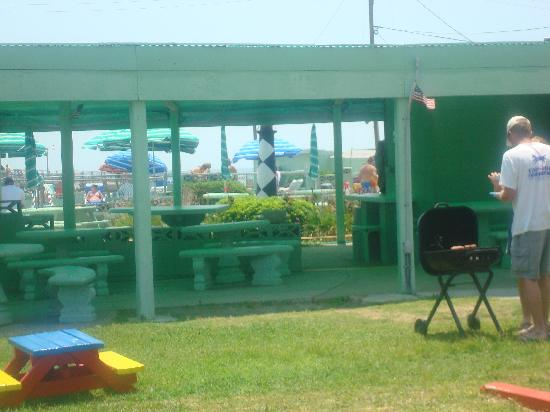 Atlantic Beach, NC: Another shot of breakfast area, pool, and one of the many charcoal grills available.