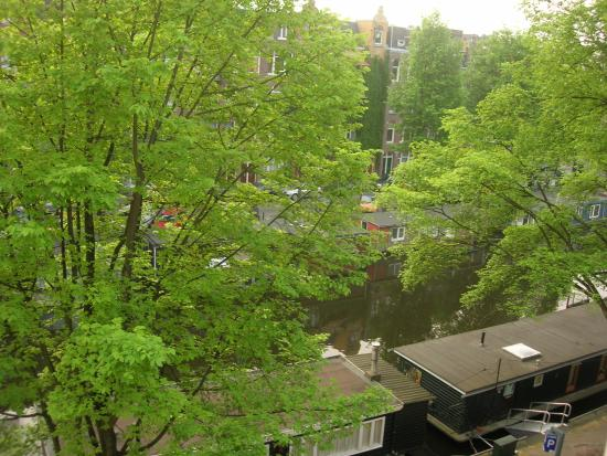 Beautiful canal below our room-Amsterdam City B&B