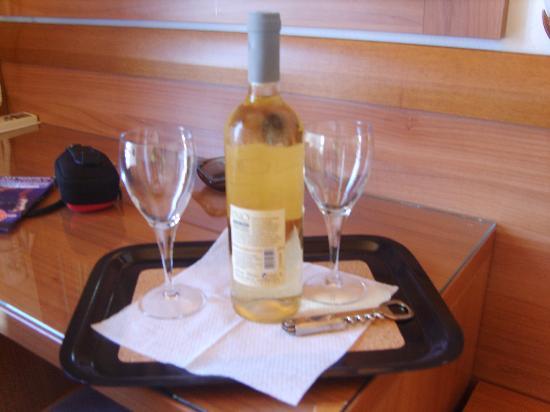 Aeolos Mykonos Hotel: il vino omagio agli sposini