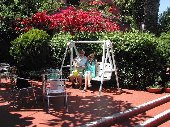 Hotel Abbaruja : Il complesso è immerso nel verde, alberi da frutto e fiori