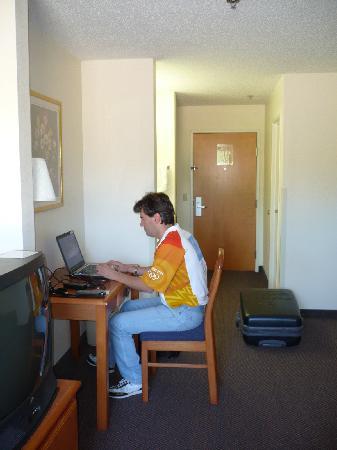 Days Inn & Suites Tifton : plenty of space, free wi-fi working fine