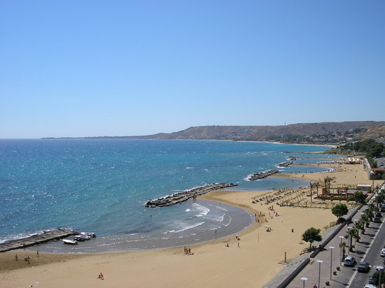 Crotone, Italië: The sea front going towards Capo Colanna