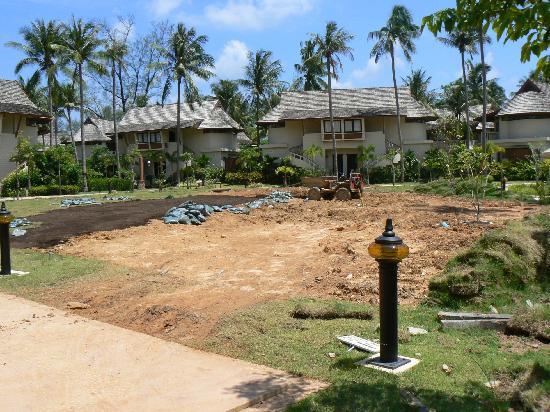 Cha-Da Beach Resort & Spa: gardening work in front of reception
