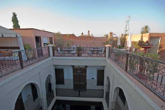Riad le Clos des Arts: View from the roof into the central well