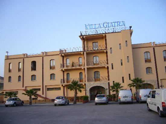 Cammarata, Italie : vue de la façade de l'hotel, du parking