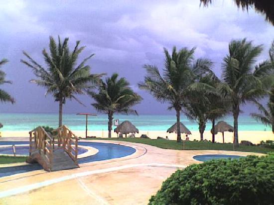 Mahekal Beach Resort: piscina vista dal ristorante adventura