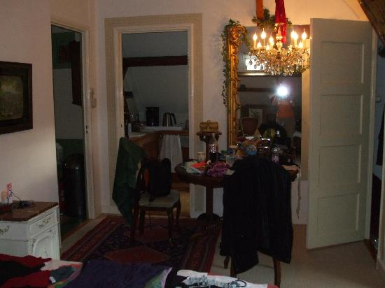 Between Art and Kitsch B&B: The Baroque Room - eating area and looking into kitchen area