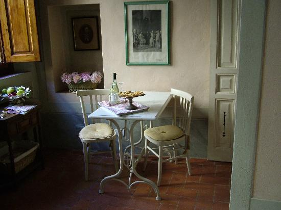 Residenza Strozzi: Apricot tart and wine on arrival