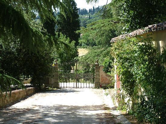 ريزيدنزا ستروزي: Entrance gate