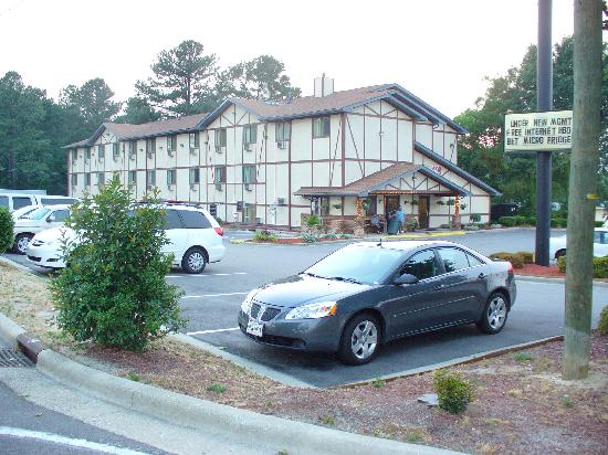Super 8 Spring Lake/ Fort Bragg: The hotel has a smallish lot. No problem for my rented G6.