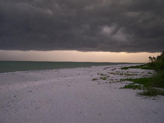 Blue Dolphin Cottages: Afternoon Storms are Even Beautiful