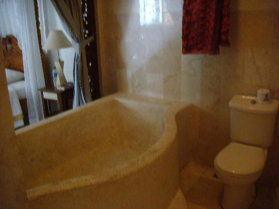 Sahadewa Resort & Spa: Bathroom with large open air tub/shower