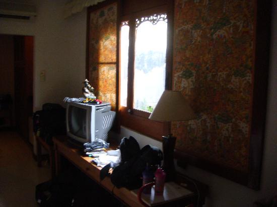 Sahadewa Resort & Spa: Window/TV area